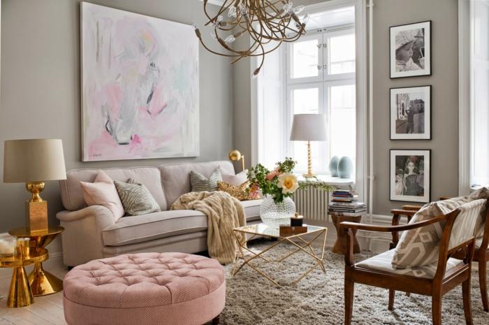colores pastel, sillón redondo, sofá con cojines, cuadro abstracto, dos lámparas, jarra con flores
