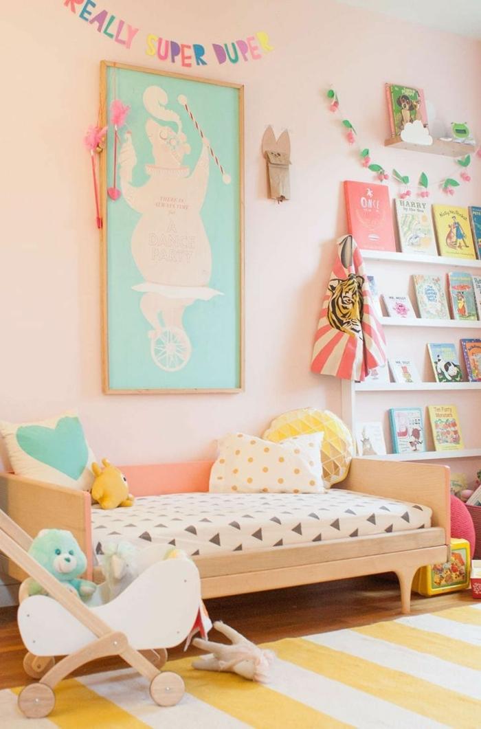 colores pastel, decoracion en durazno, cama individual de niño, estantería con libros, alfombra en blanco y amarillo