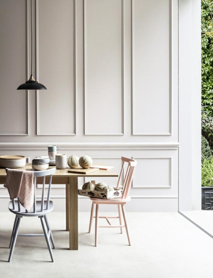 comedores modernos, comedor con mesa de madera clara, sillas en rosa y azul, pared de madera blanca