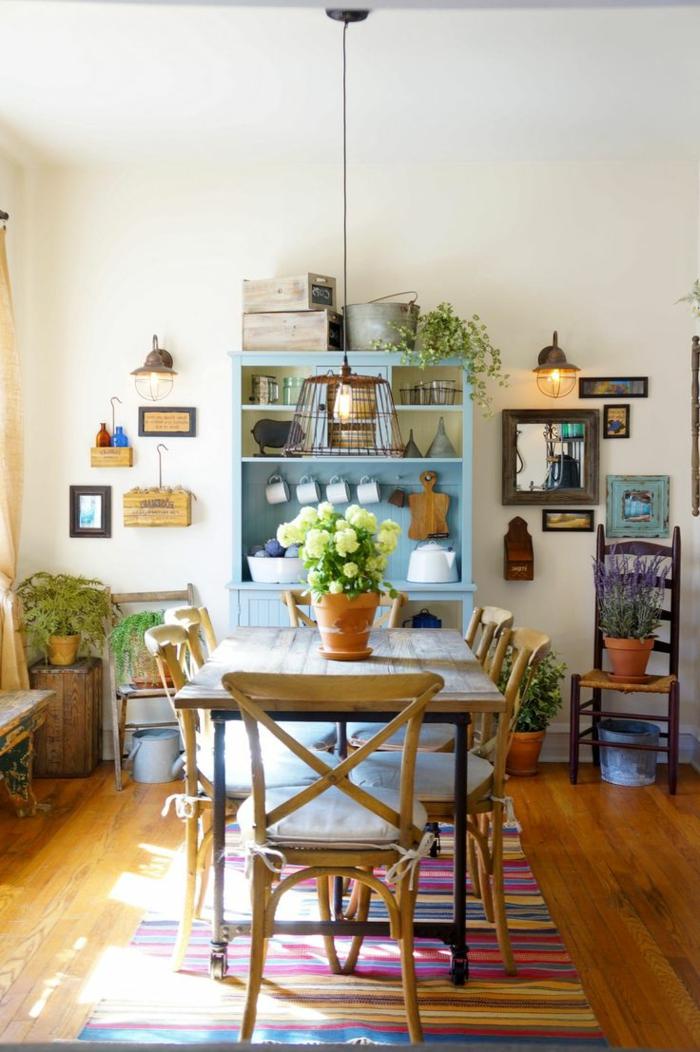 comedores modernos, comedor rustico de madera clara, sillas con cojines, alasena azul, parqué, tapete en rayas
