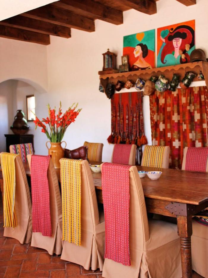 comedores modernos, comedor estilo rústico, mesa de madera, sillas vestidas, florero, cuadros, suelo de baldosas