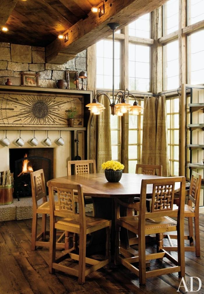 comedores modernos, comedor estilo rústico, mesa redonda y sillas de madera clara, lámpara de araña, parqué, chimenea
