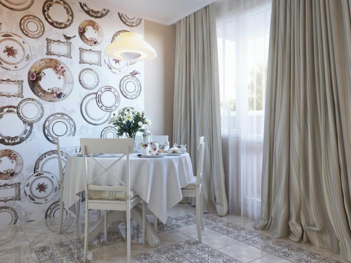 como decorar un salon, comedor con mesa y sillas de madera blanca, papel pintado, baldosas, cortinas blancas