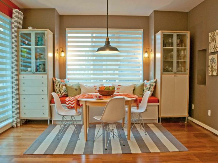como decorar un salon, comedor en blanco, mesa de madera, sofá, alacenas, suelo laminado, alfombra
