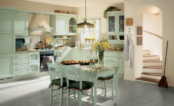 como decorar un salon, comedor en cocina de color verde pastel, messa y sillas de madera, flores, escoba, escaleras