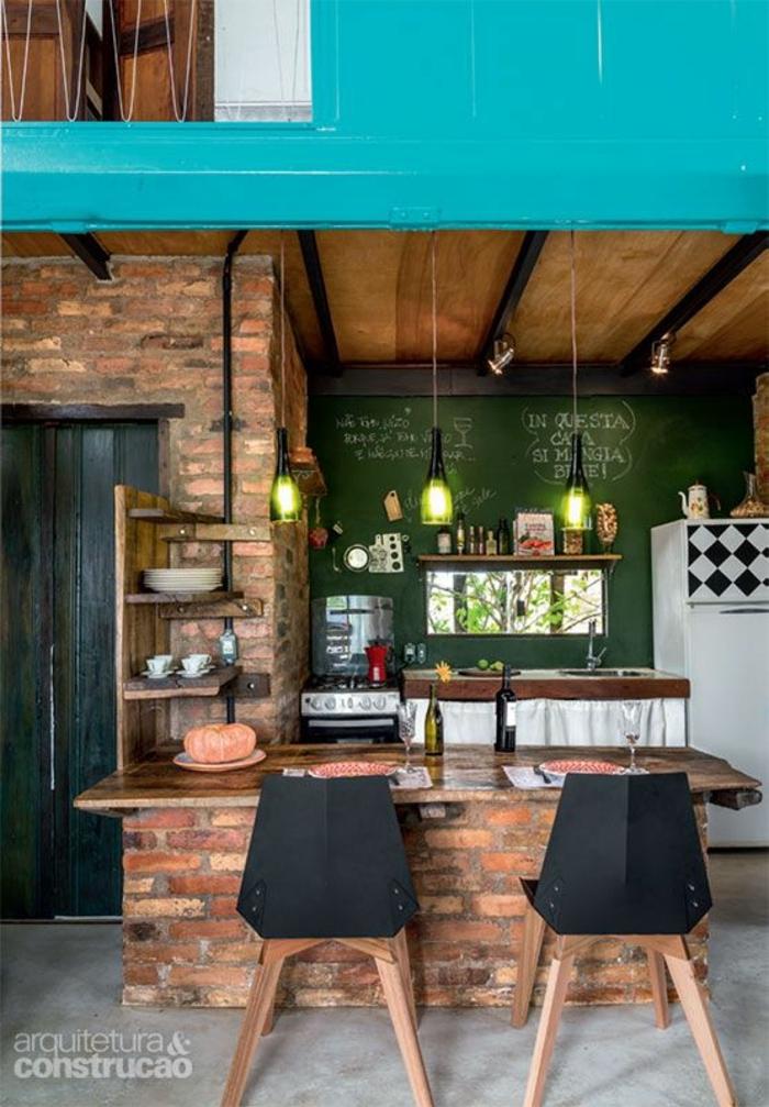 como decorar un salon, comedor en estilo industrial, mesa de ladrillo y madera, sillas negras de metal, pizarra, lámparas colgantes