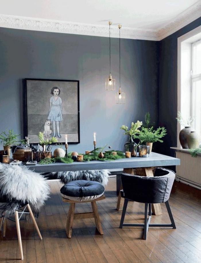 como decorar un salon, comedor en azul con sillas tapizadas, cojines, lamparas colgantes,parqué, cuadro con mujer y perro