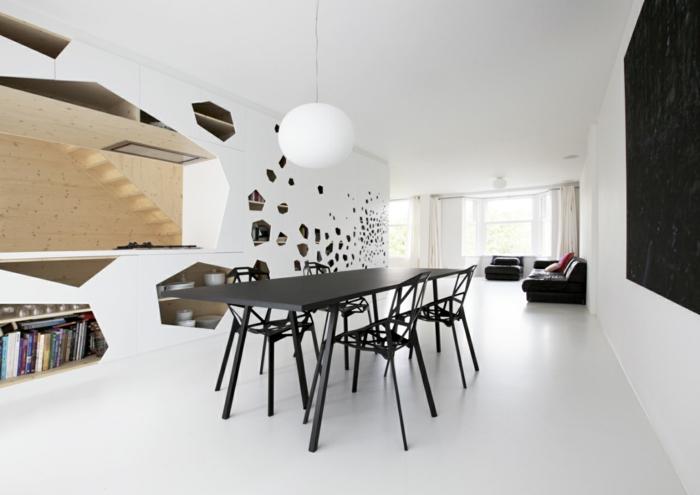 como decorar un salon, comedor en negro, sillas con huecos, paredes blancas con espajos, sala de estar