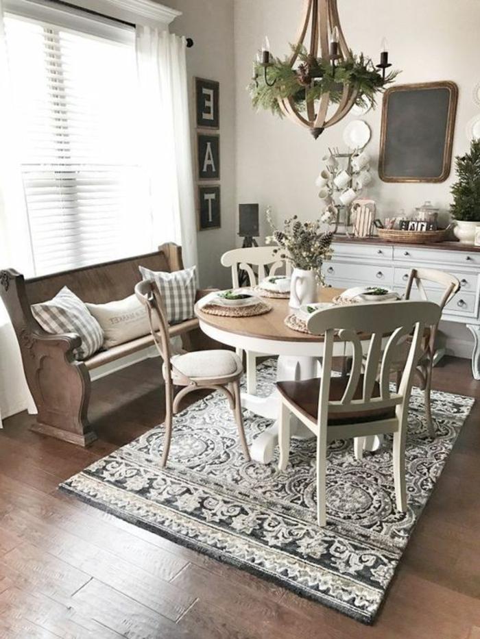 como decorar un salon comedor en blanco y madera clara, alfombra, lámpara de araña, banca con cojines
