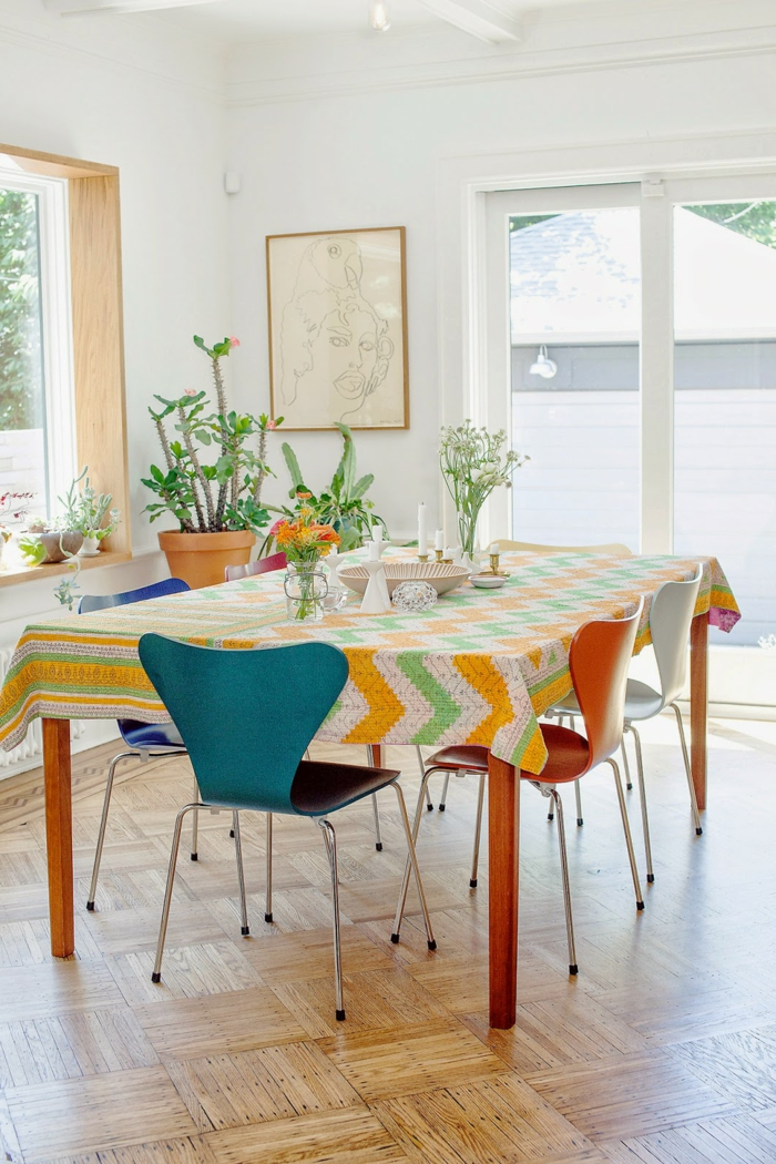 como decorar un salon, comedor, mesa de madera, silla de metal y plástico, cactus, cuadro, ventanales, parqué