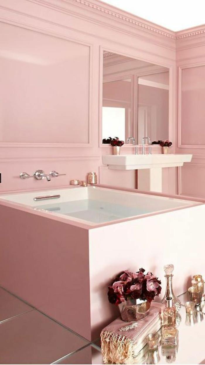 colores pastel, cuarto de baño en rosa pastel con bañera, espejo y lavabo, decoración con flores