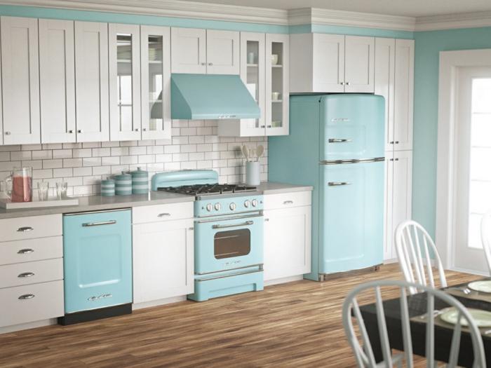 colores pastel, decoracion cocina en azul pastel, muebles vintage, parqué y alacenas blancas