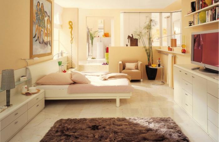colores pastel, decoración dormitorio con cama, alfombra y armarios, paredes pintados en amarillo pastel