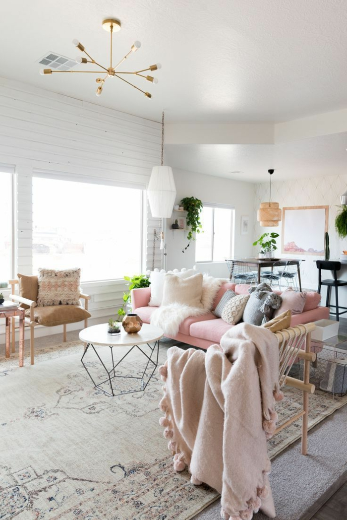 colores pastel, decoración sala de estar, sofá en rosa pastel, cojines y mesa redonda, lámparas y plantas colgantes