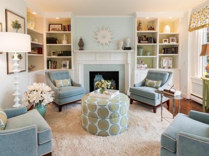 colores pastel, sala de estar con cuatro sillones en azul pastel, chimenea y estanterías, alfombra color crema