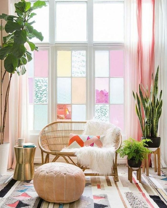 colores pastel, decoracion sala de estar con venatana en colores pastel, sofá de rattan, alfombra y plantas