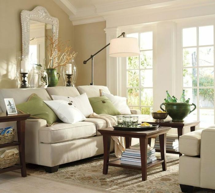 decoracion de interiores, sala de estar en colores pastel y crema, sofá y mesa de amdera, espejo de pared