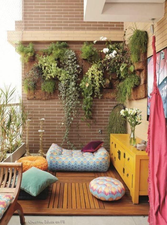 como decorar una terraza pequeña, terraza con suelo tarima, armario amarillo, plantas en pared