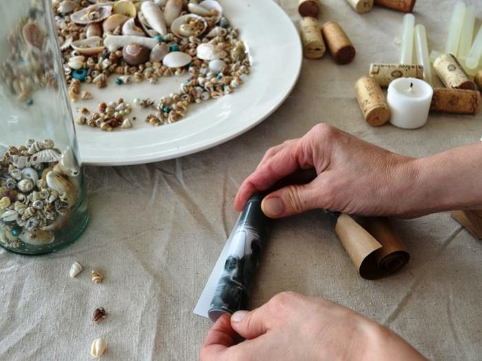 decoracion con fotos en botellas de vidrio, conchas, foto enrollada, manualidades faciles de hacer