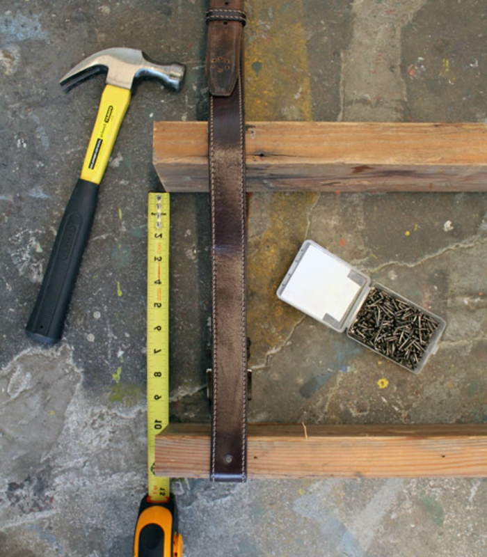martillo, piezas de madera, clavos, piezas de madera, conturon, cinta metrica, diy decoracion