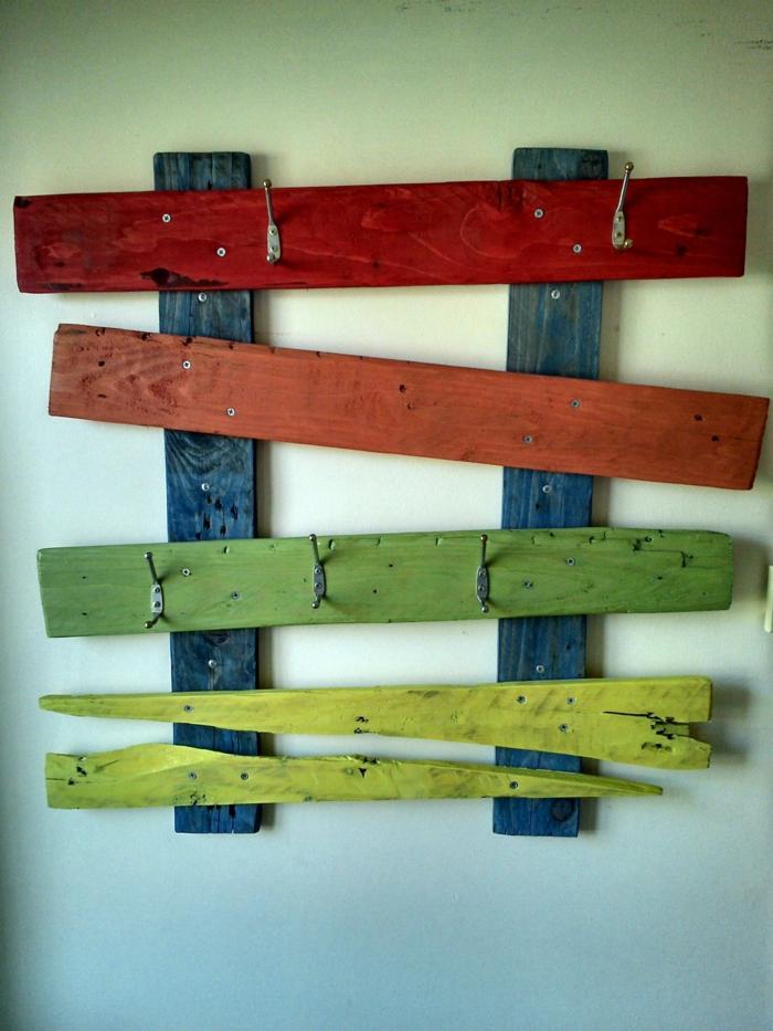 muebles de jardin con palets, percha de pared hecha con palets en rojo, verde y azul