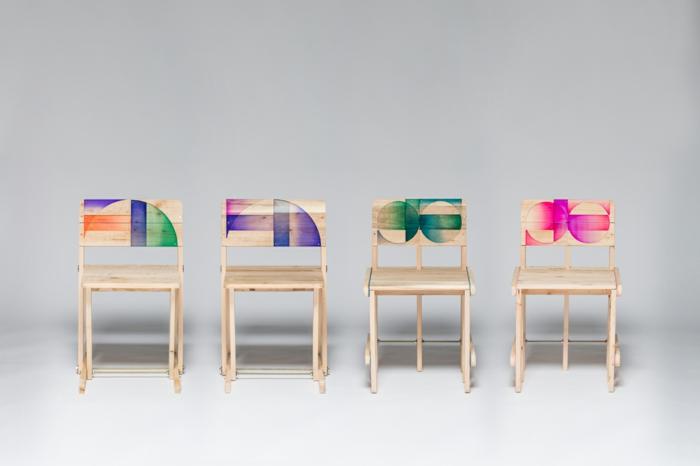 mesas con palets, cuatro sillas d palets pintados en verde, rosa y lila