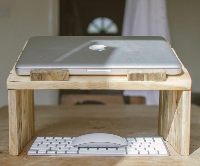 mesas con palets, mesita para notebook de madera clara, teclado y ratón