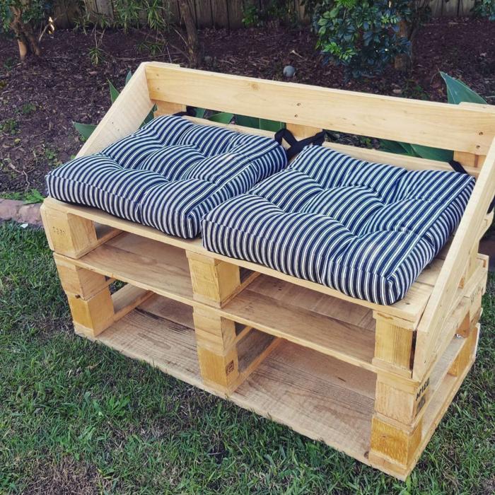 muebles de jardin con palets, sillón de palets con cojines en blanco y negro