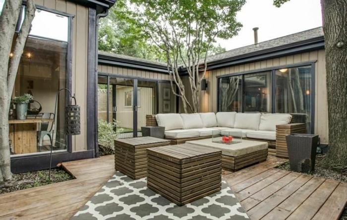 muebles de jardin con palets, sofá, mesa y sillas de palets con cojines beige y alfombra