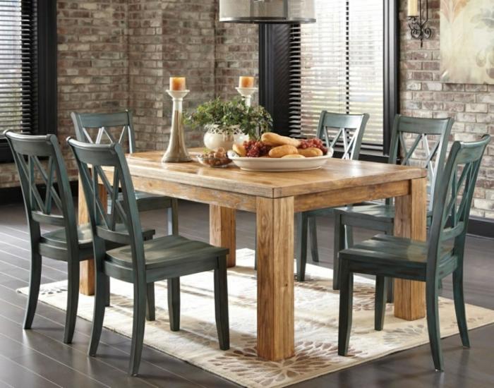 como decorar un salon, comedor con mesa de madera clara, sillas oscuras, suelo laminado, alfombra, portavelas