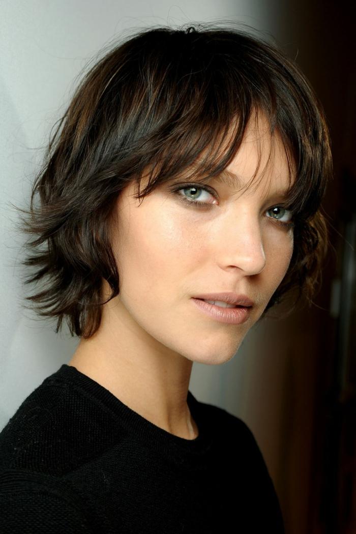 cortes de pelo corto mujer, corte estilo bob despuntado con flequillo, mujer con ojos azules