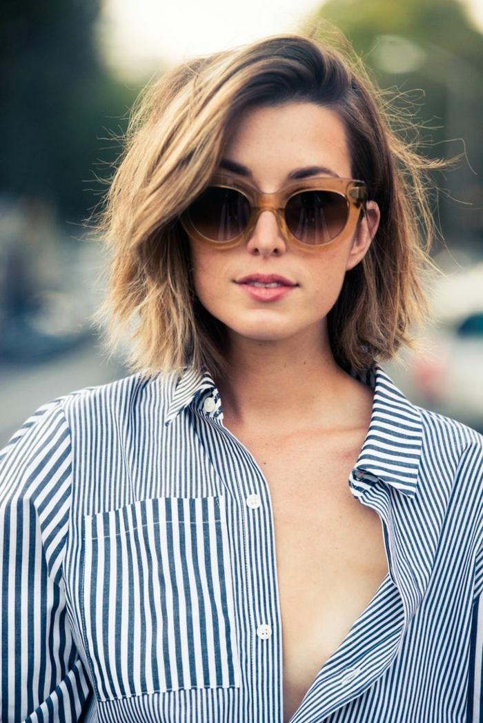 cortes de pelo mujer, mujer con pelo corto estilo bob, raya al costado, gafas de sol, camisa blanco y negro
