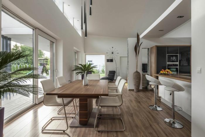 decoracion de comedores, mesa de madera, sillas blancas, ventanales, suelo laminado, plantas