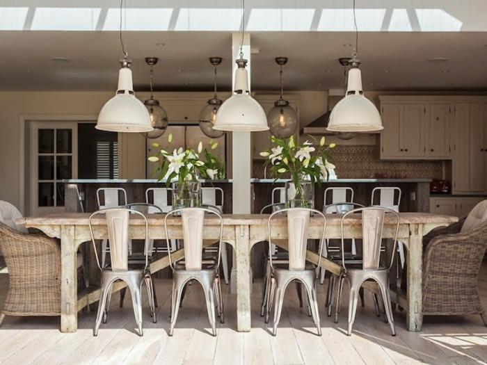 decoracion de comedores, mesa de madera, sillas de metal, lámparas colgantes, sillones tejidos