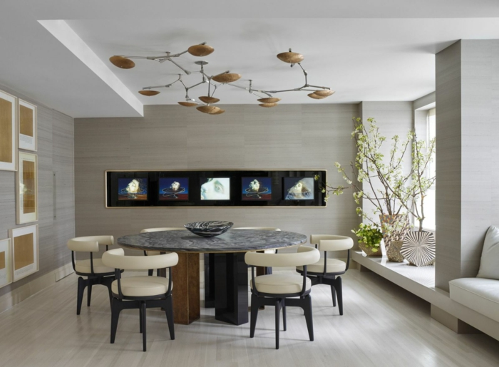 decoracion de comedores, mesa redonda de marmol, sillas tapizadas en cuero, suelo laminado, plantas, cuadros