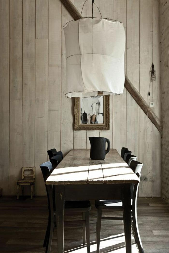 decoracion de comedores, comedor con mesa de madera rústica, sillas negras, pared de madera, lámpara blanca colgante, jarra