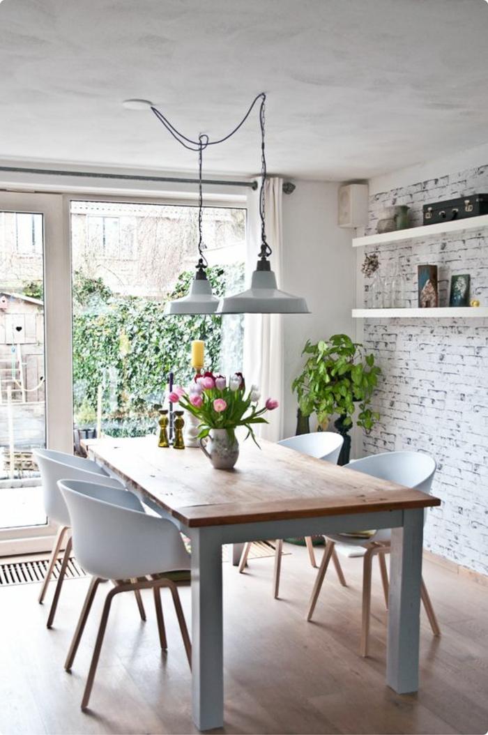 decoracion de comedores, mesa de madera, sillas de plástico, pared de ladrillo, ventanal. suelo laminado, flores