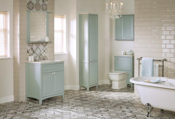 como decorar una habitacion, baño en blanco y azul, suelo de baldosas, bañera, lavabo con espejo y armarios