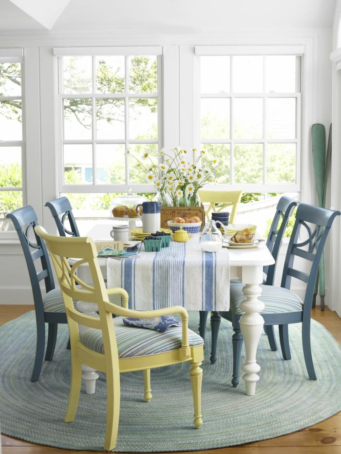colores pastel, decoracion de comedor con mesa blanca y sillas en tonos pastel, tarima y alfombra rotonda