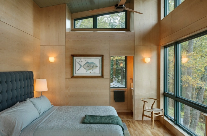 como decorar una habitacion, dormitorio en verde pastel con paredes de madera clara, cuadro con pez
