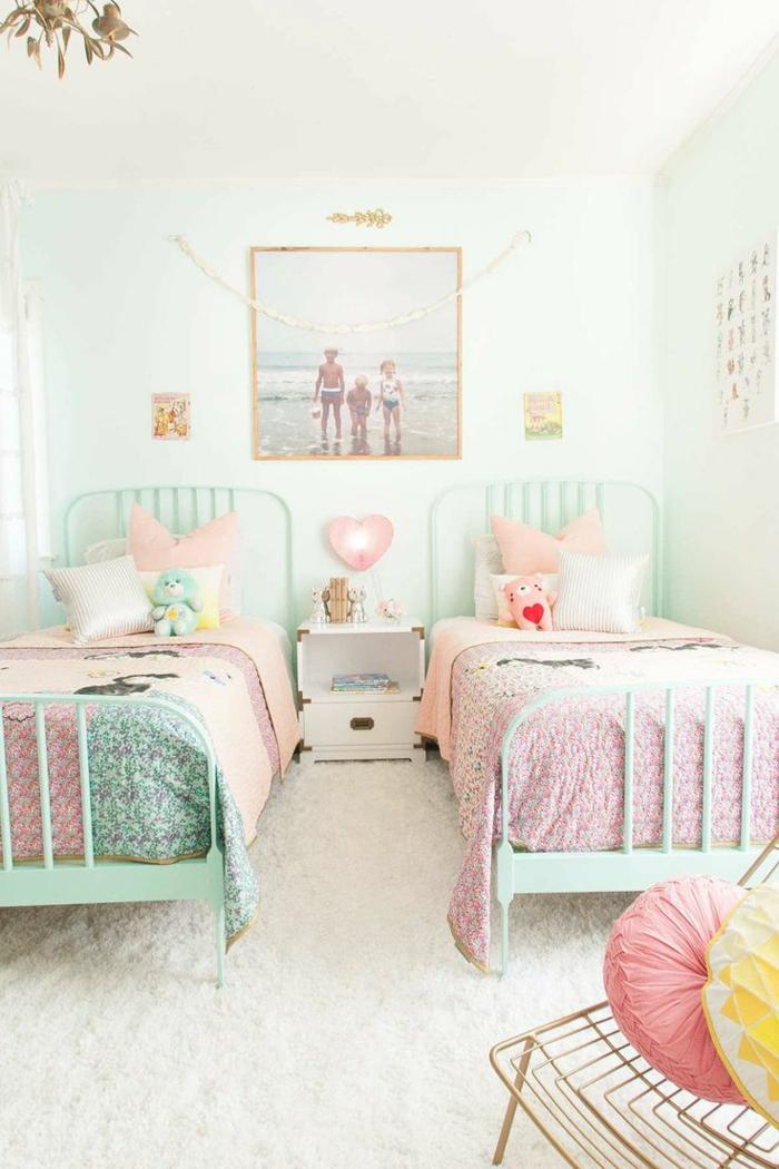 como decorar una habitación, cuarto infantil con dos camas, rosa y verde menta, alfombra y foto en pared