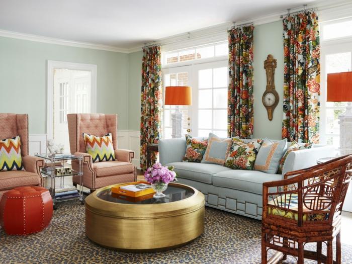 como decorar una habitacion, sala de estar en colores pastel, sillones y sofá con cojines, mesa redonda dorada, reloj de pared