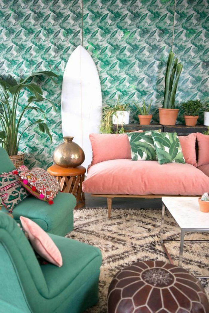 como decorar una habitacion, sala de estar en rosa y verde pastel, sofá con cojines. dos sillones, alfombra en crema y marrón