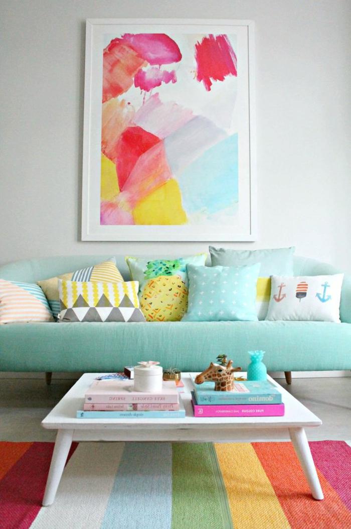 colores pastel, sala de estar con sofá, mesa y alfombra, pared con cuadro