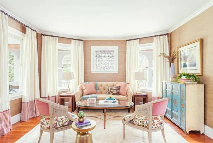 colores pastel, sala de estar con sofá y sillas, mesa de vidrio, cojines en colores pastel, ventanas y cortinas