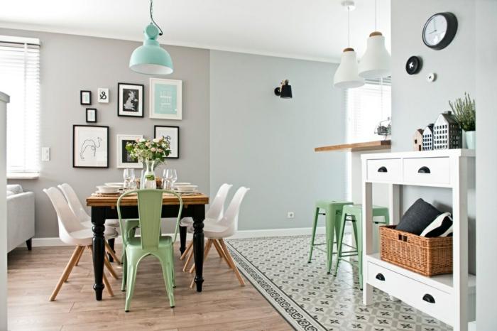 decoracion de salones, comedor con mesa de madera, sillas de plástico, lámpara azul, cuadros, suelo laminado, reloj