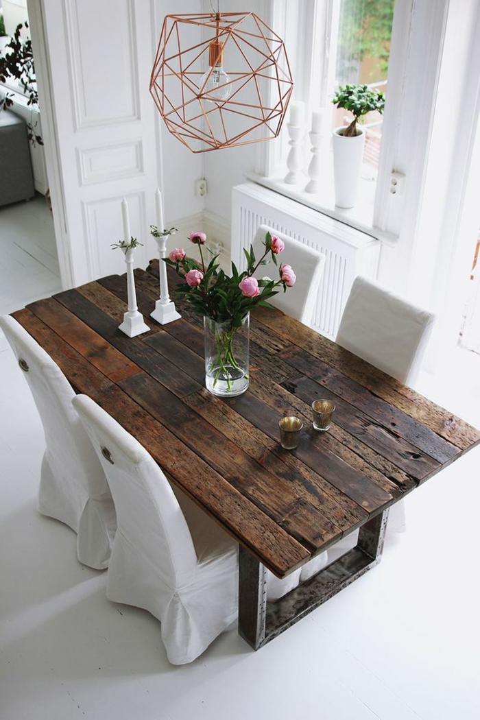 decoracion de salones, comedor, mesa de madera rectangular, sillas vestidas en blanco, flores, lámpara colgante