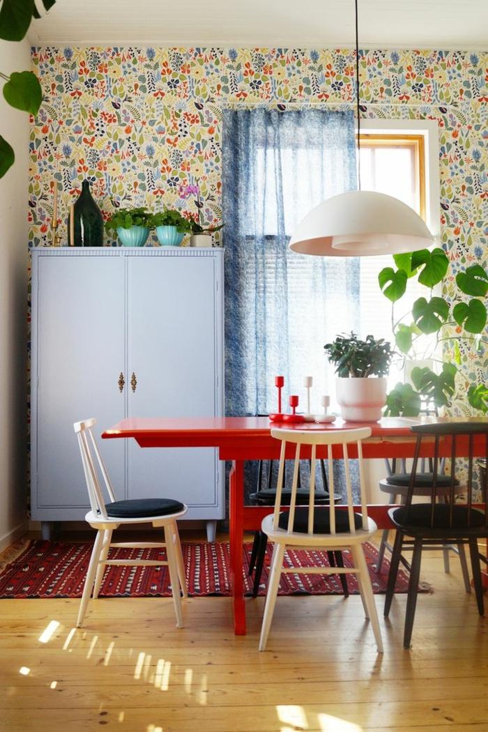 decoracion de salones, comedor con mesa roja, sillas blancas, cojines, papel pintado, alacena, alfombra, parqué