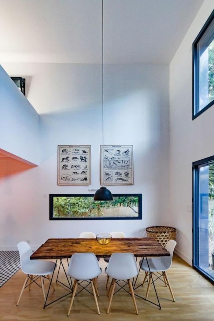 decoracion de salones, comedor con mesa de madera rectangular, sillas blancas, ventanales, lámpara colgante, techo alto