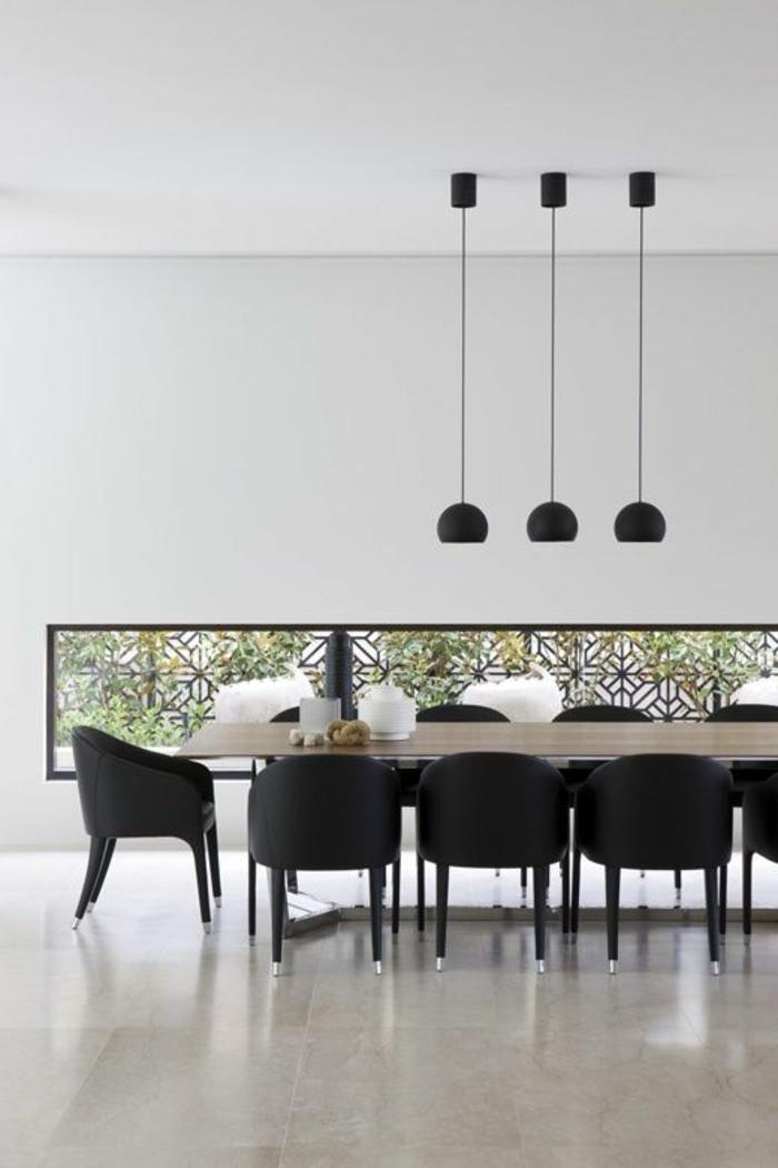 decoracion de salones, comedor con mesa rectangular de madera, sillas negras, baldosas, lámparas colgantes